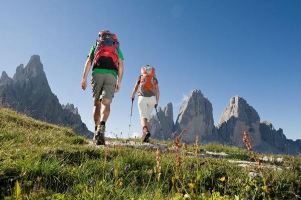 Vacanza nelle Dolomiti a Valdaora. Dolomiti a 360°e relax nel giardino del Mirabell camminando a piedi nudi sull'erba