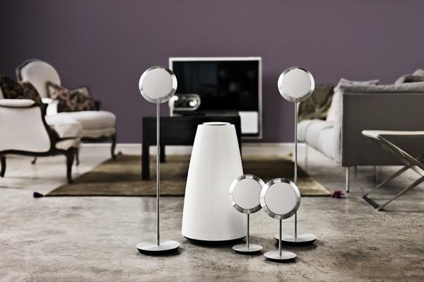 Bang & Olufsen lancia il nuovo impianto di diffusori audio surround dall'aspetto sorprendente e dall'audio straordinario: BeoLab 14